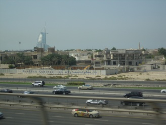 Blick aus der Metro Dubai - Verkehrsmittel