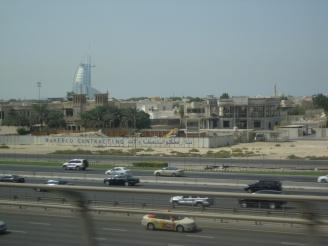 Blick aus der Metro Dubai - Erfahrungen mit öffentlichen Verkehrsmitteln