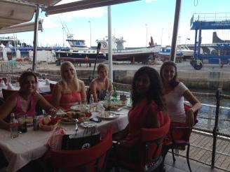 Studentinnen Ales Consulting International Tapas essen Lanzarote