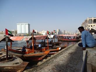Bur Dubai - typische Boote fahren