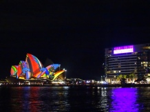 Bootstour - Sydney Harbour - Sydney Opera in Vivid Festival Look