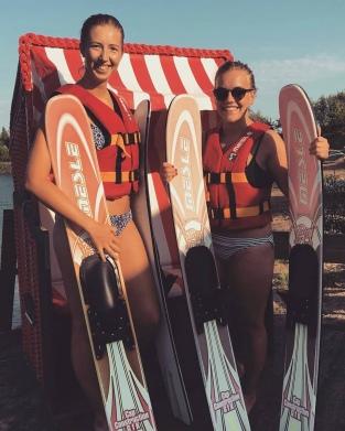 Praktikanten machen Wasserski Erfahrungen auf Rügen - Praktikum Ales Consulting International