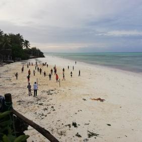 Afrikaner spielen Fussball am Strand